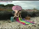 מאוננת בחוף פתוח
