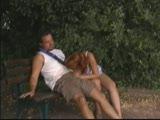 זיון עם אישה בספסל ציבורי