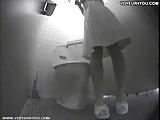 עושה פיפי בשירותים
