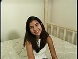 צעירה עם תחתון שקוף